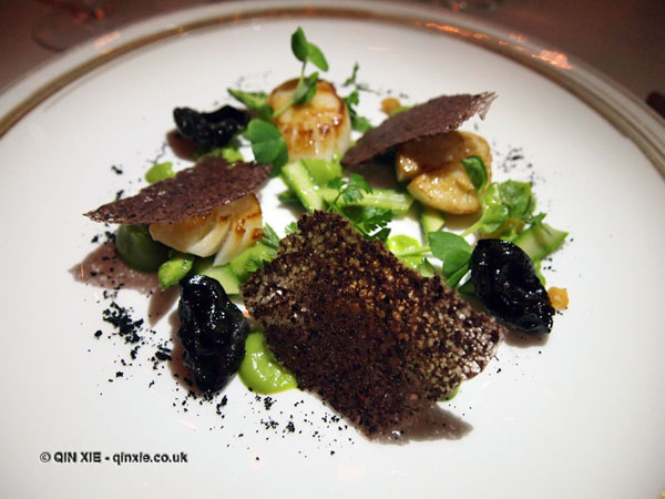 Scallops and asparagus at Apsley's, The Lanesborough Hotel